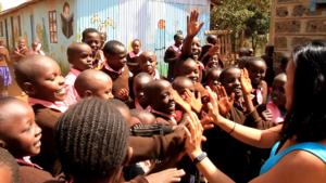 HvA'er Ying naar Kenia om duurzame flesjes uit te delen